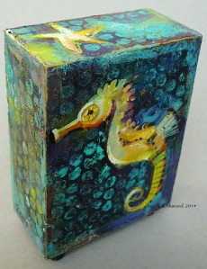 yellow seahorse box, 2 - 3 sided view
